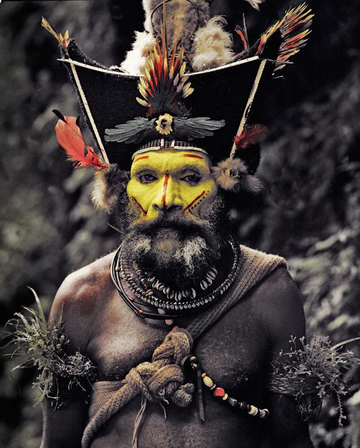 """Photo de Jimmy Nelson extraite de """"Before they pass away"""" d'un membre de la tribu Huli en Papouasie Nouvelle-Guinée."""