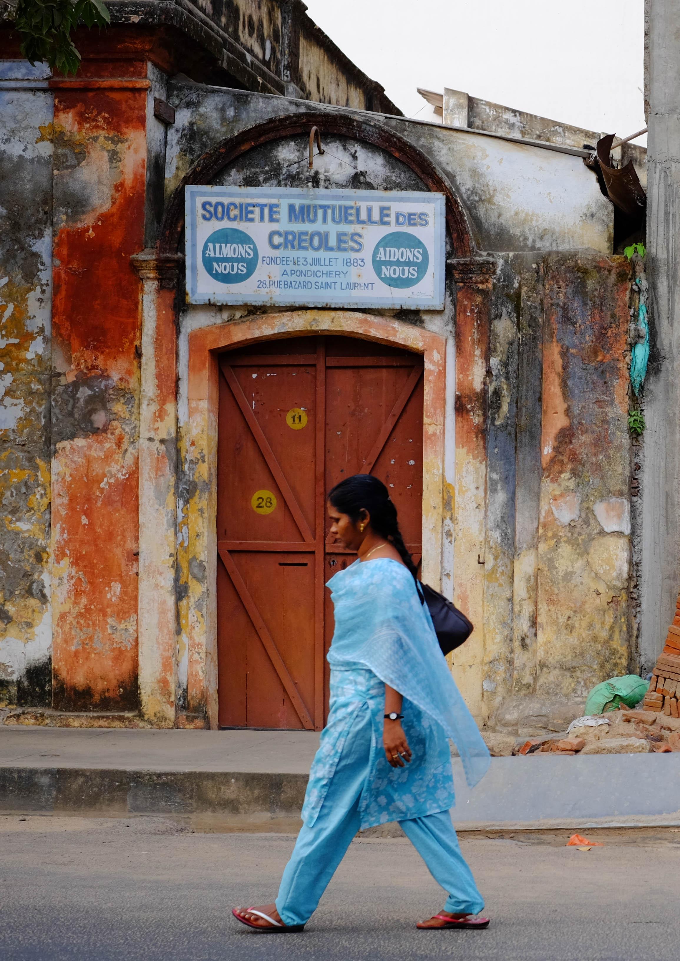 Photographie d'une femme en sari à Pondichéry