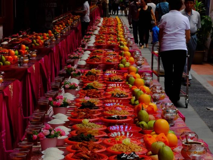 Un vendeur de temple à Kuala Lumpur au stand impeccablement rangé
