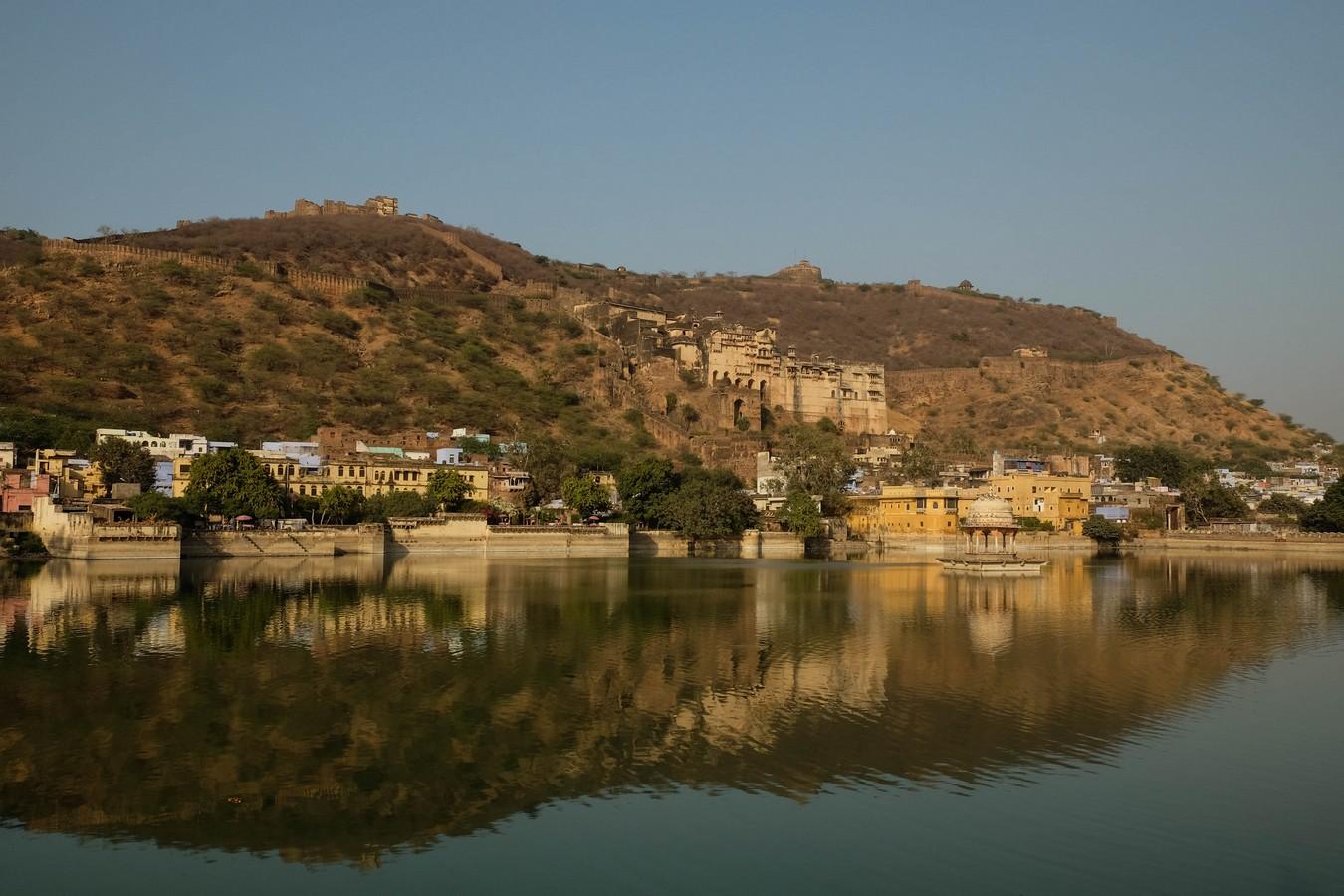 Vue du lac de Bundi sur le palais et le Taragarh fort