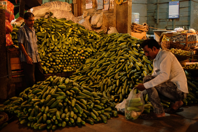 Photo d'un vendeur de concombres au marché de Devaraja à Mysore