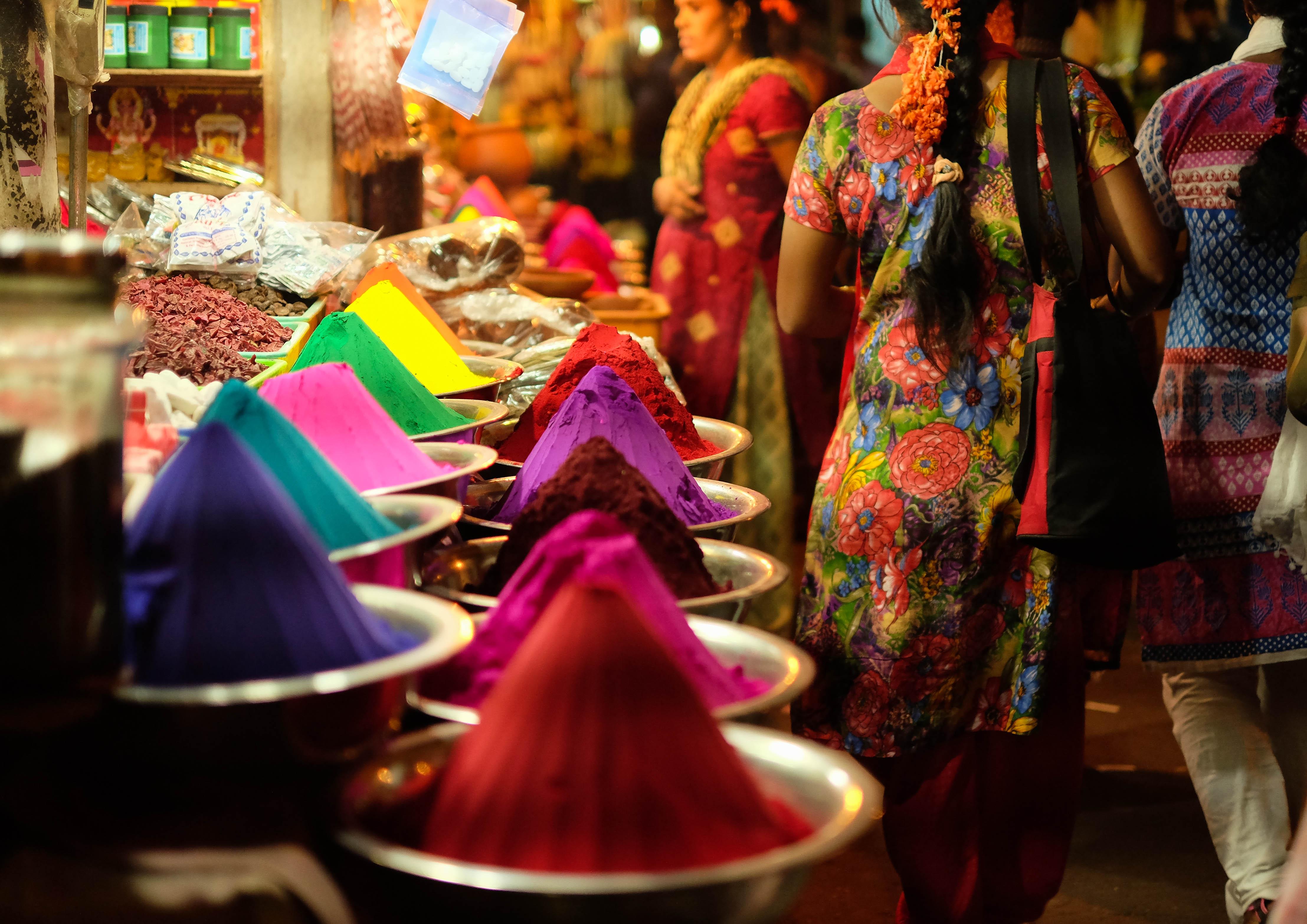 Photo des vendeurs de colorants au marché de Devaraja à Mysore