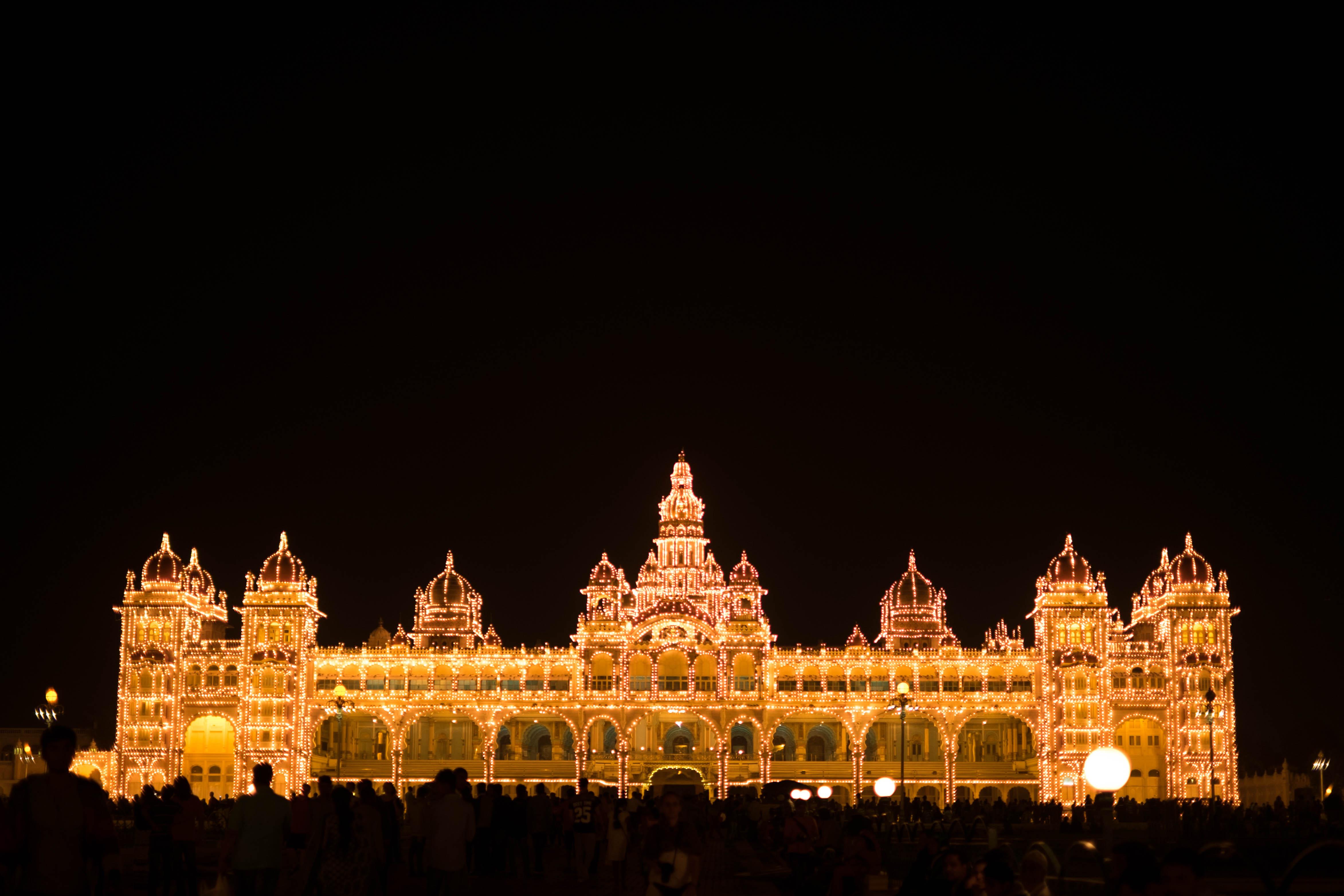 Photo du Palais de Mysore illuminé par des milliers d'ampoules