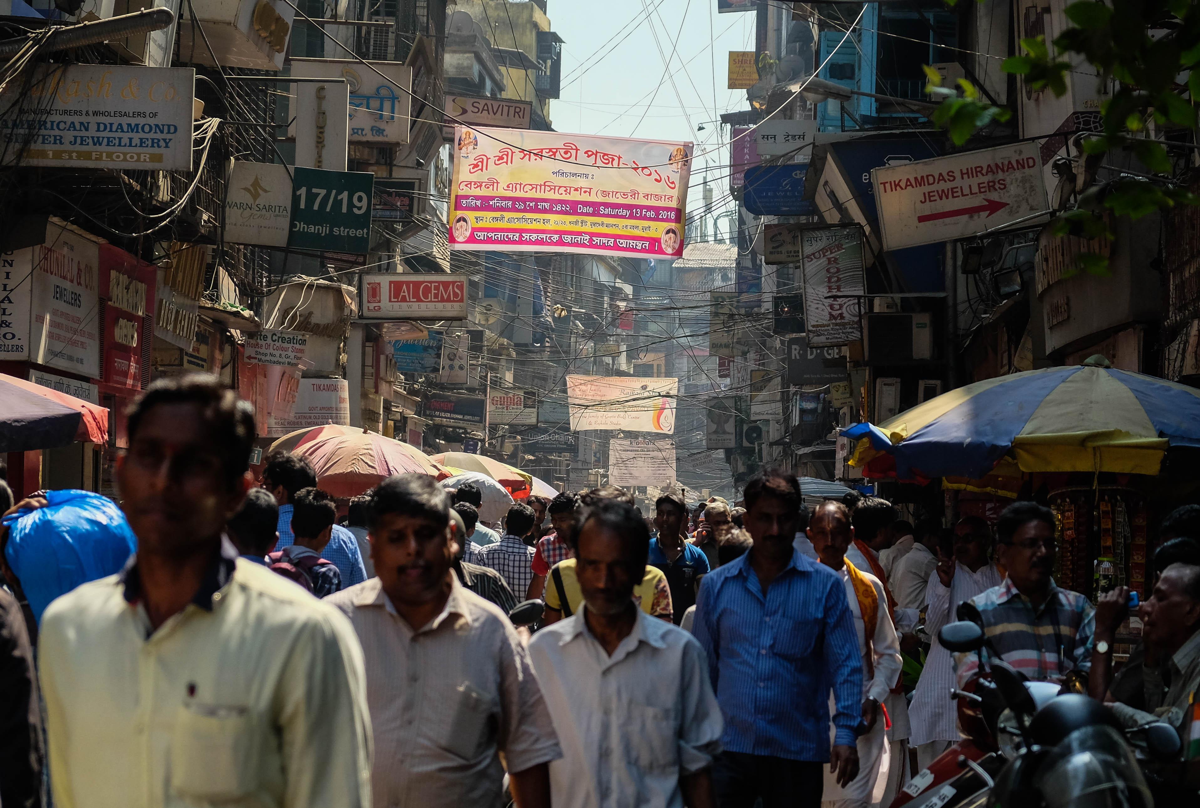 Photo d'une rue vivante et encombrée de Mumbai