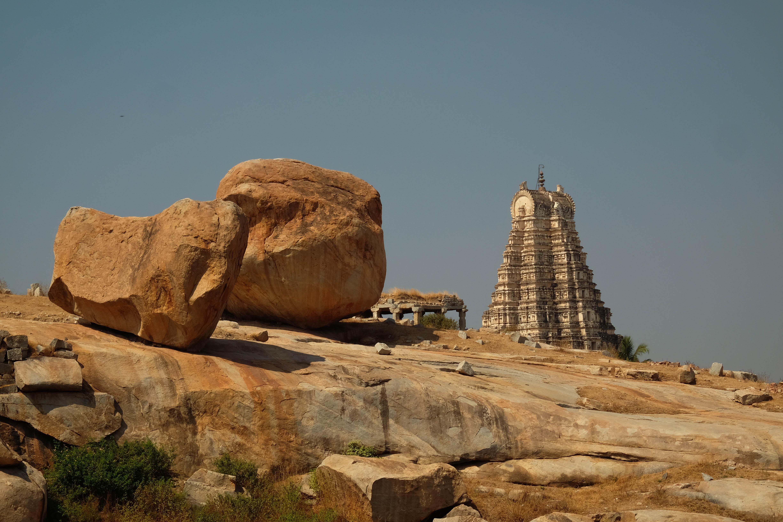 Gopuram et rocher en équilibre à Hampi