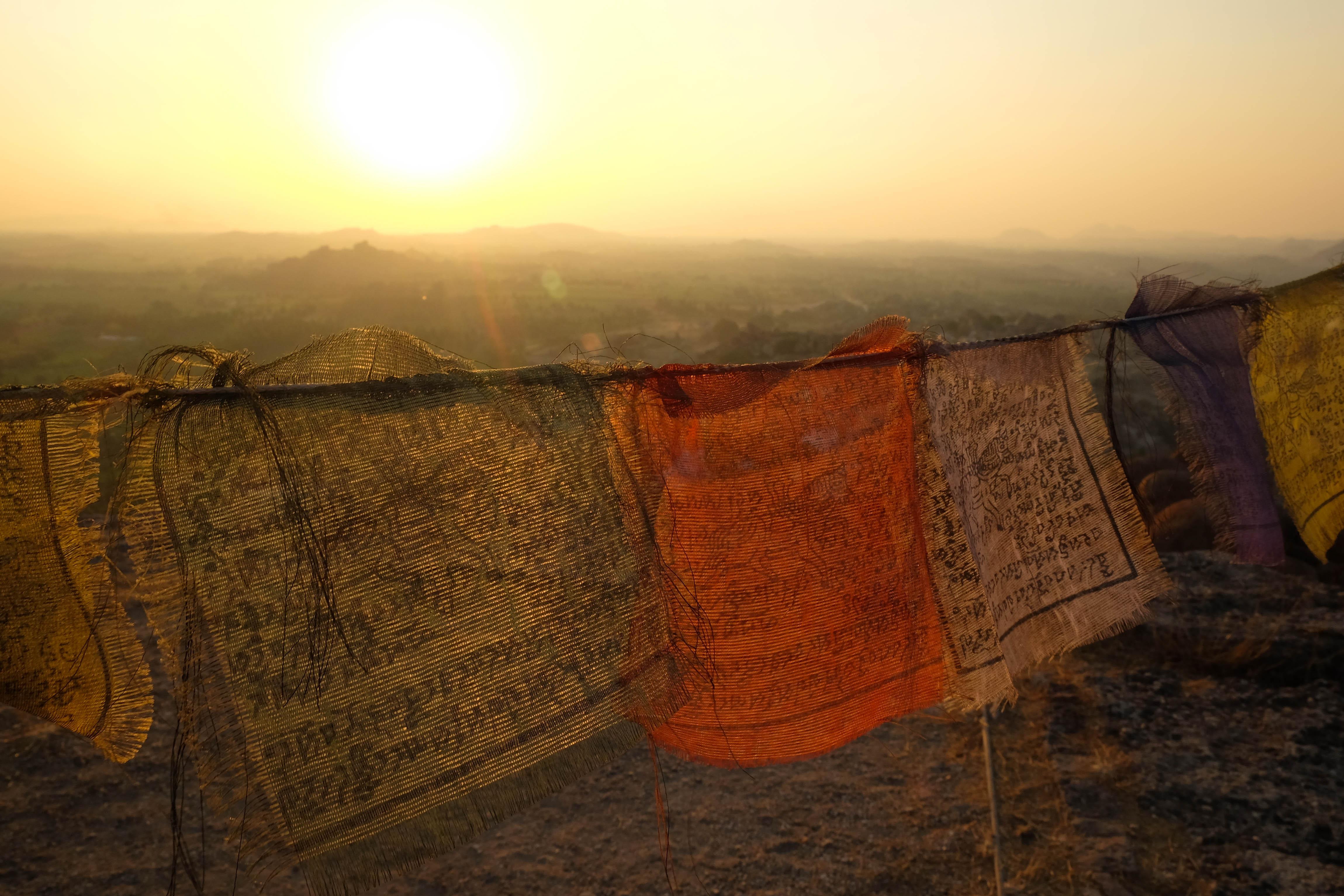 Tissus de prière sur Mattanga Hill, Hampi