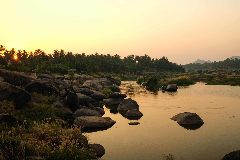 Rivière au coucher de soleil à Hampi