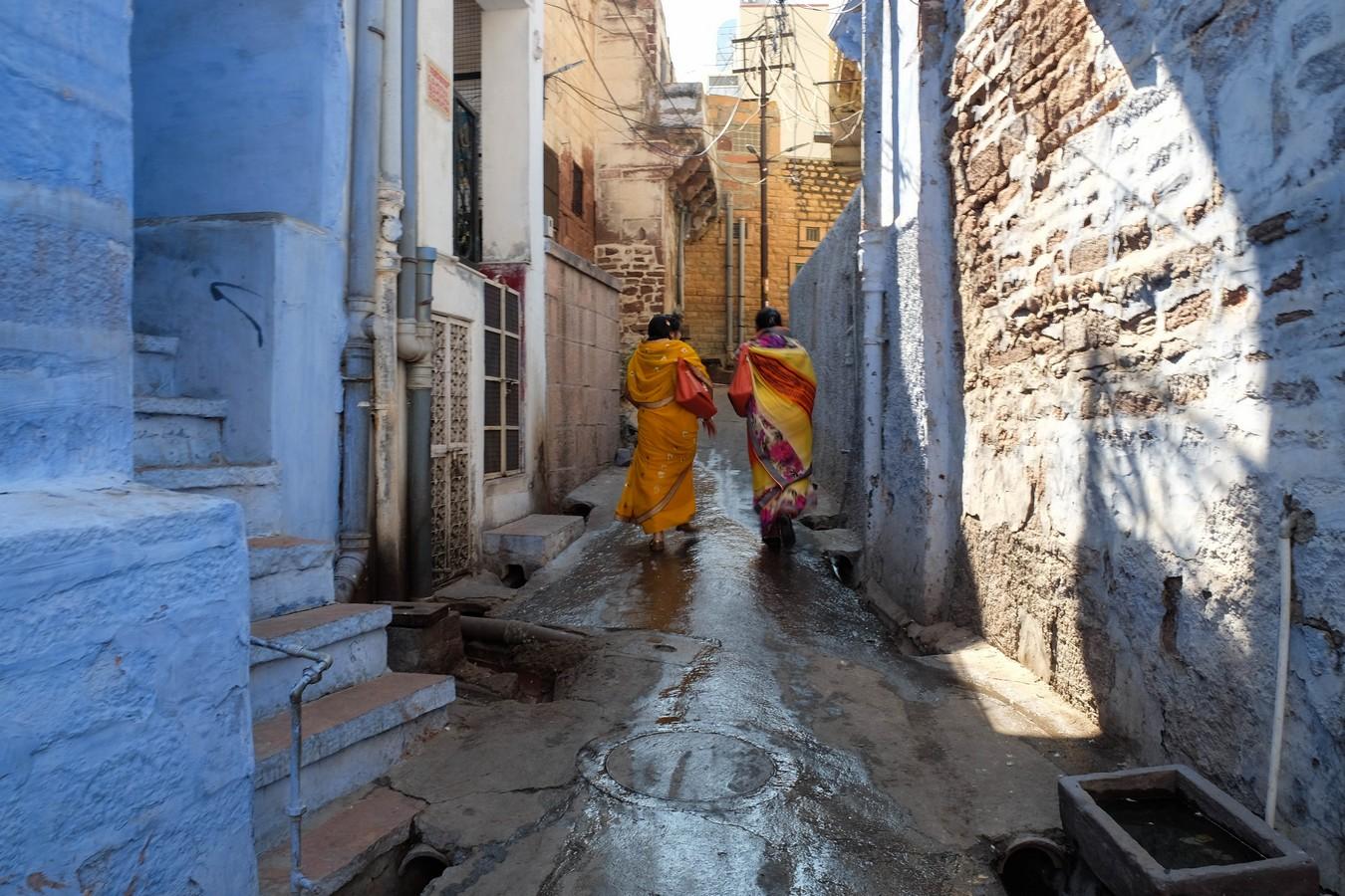 Deux femmes en Sari dans les rues bleues de Jodhpur