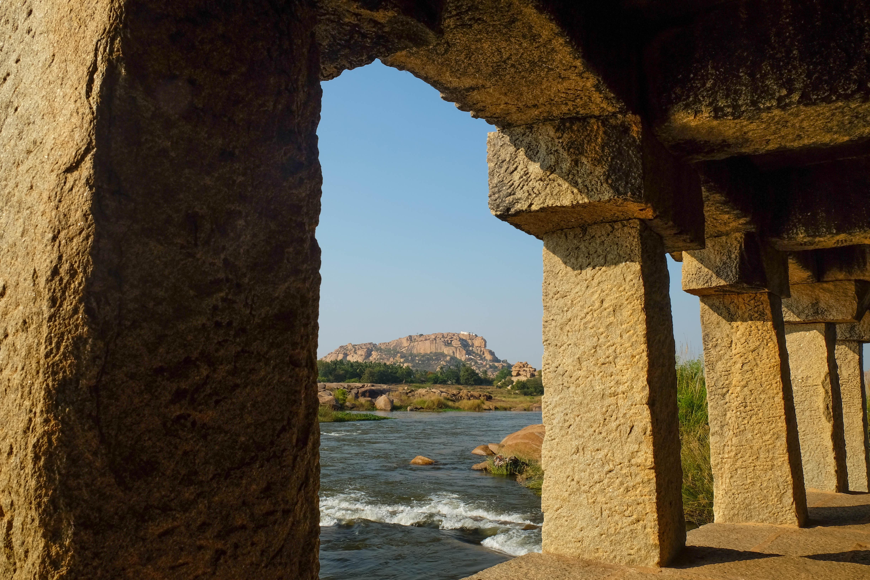 Vue du palais de Pankot depuis un temple à Hampi