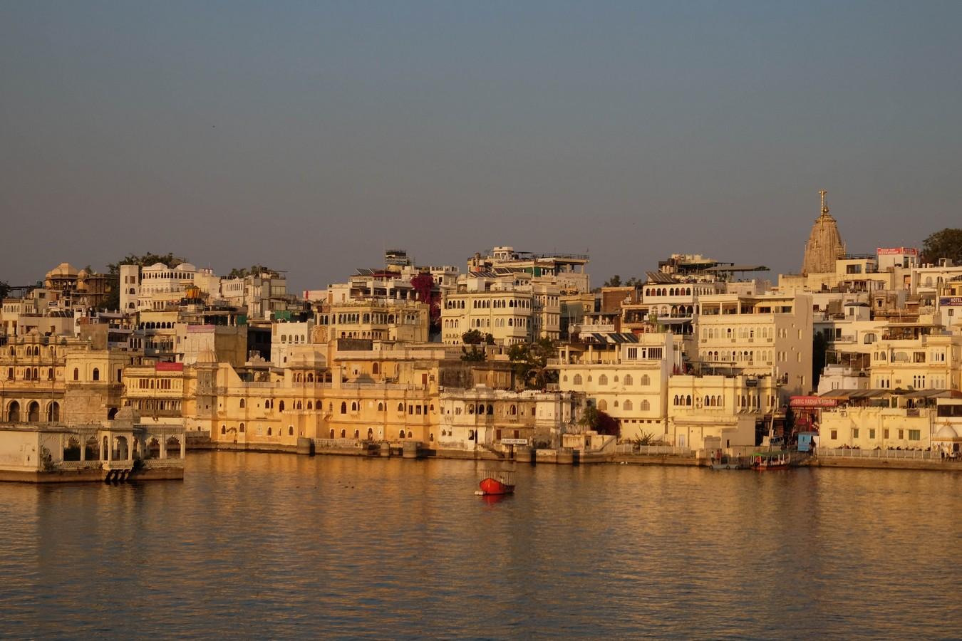 La ville d'Udaipur au soleil couchant