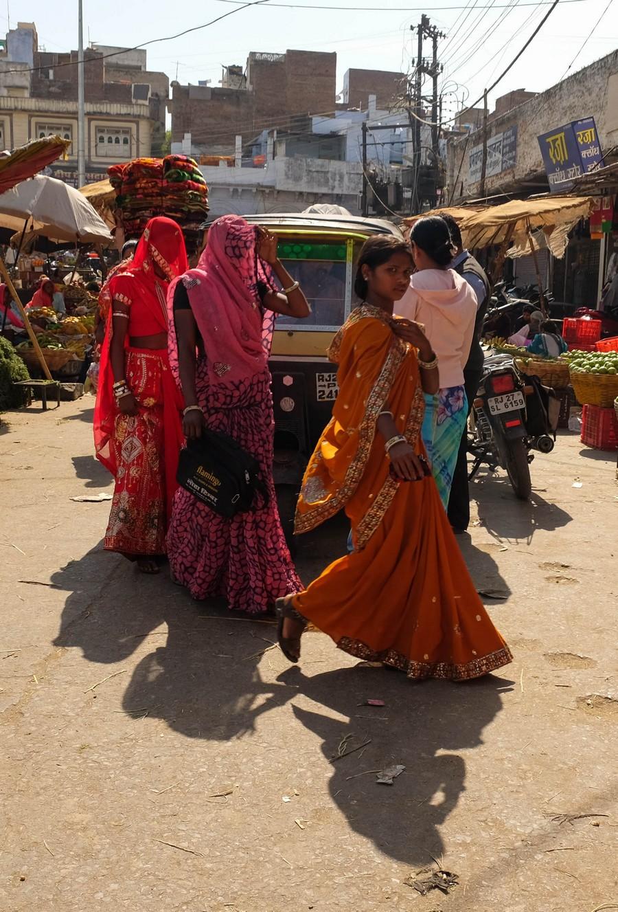 Femmes en sari au marché d'Udaipur
