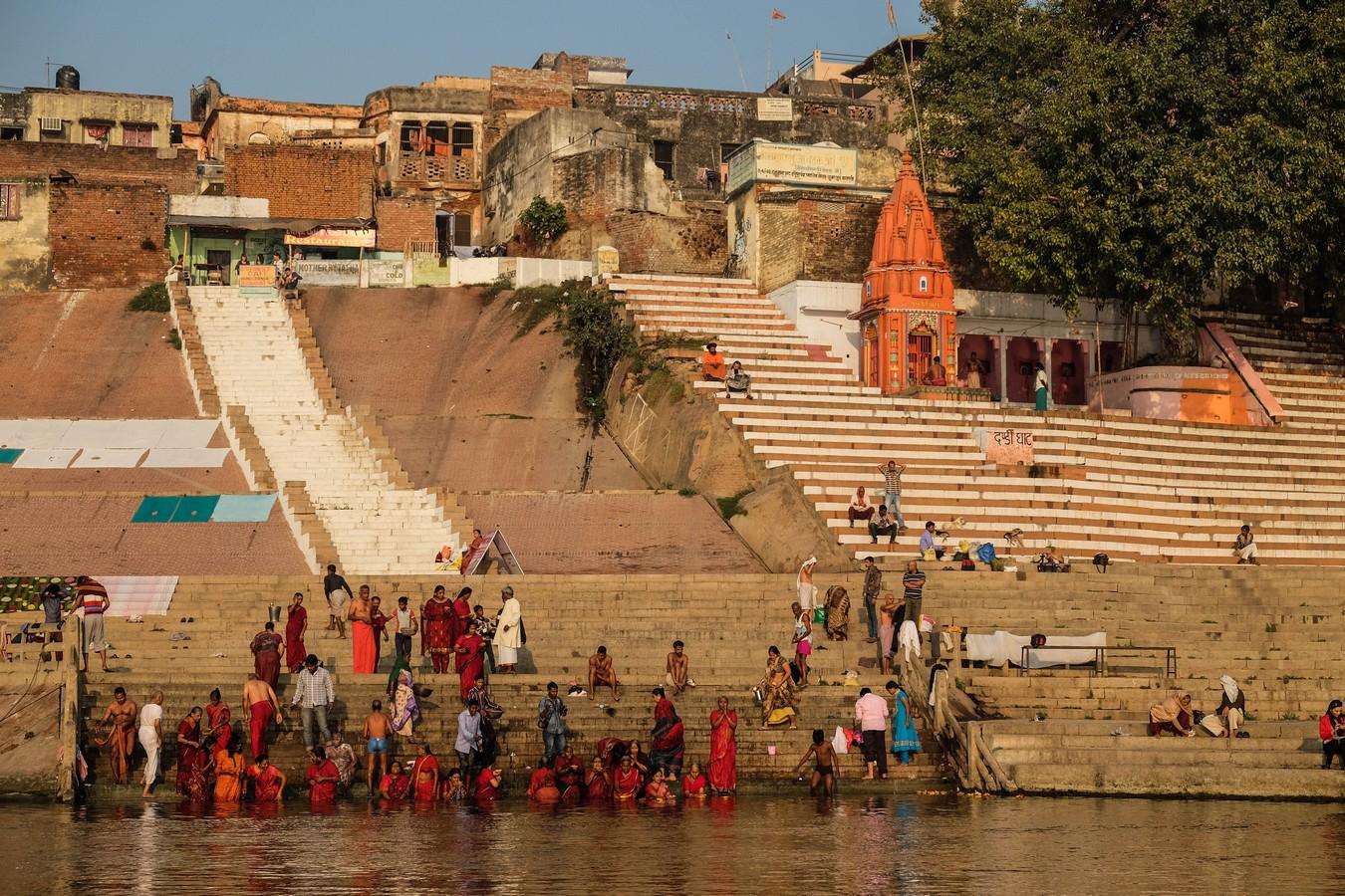 Les pélerins se baignant dans le Gange à Varanasi