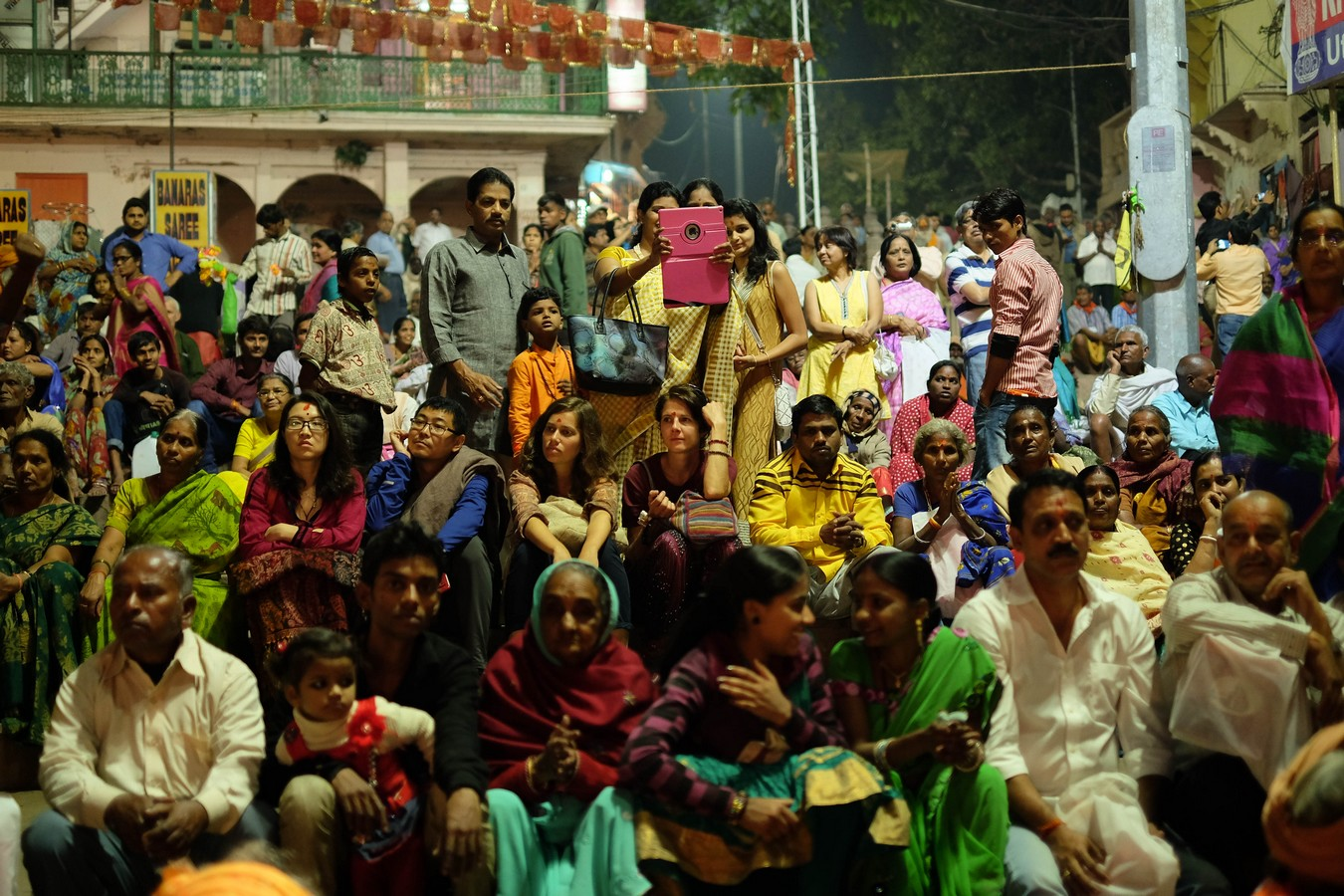 Public nombreux à la Puja de Varanasi