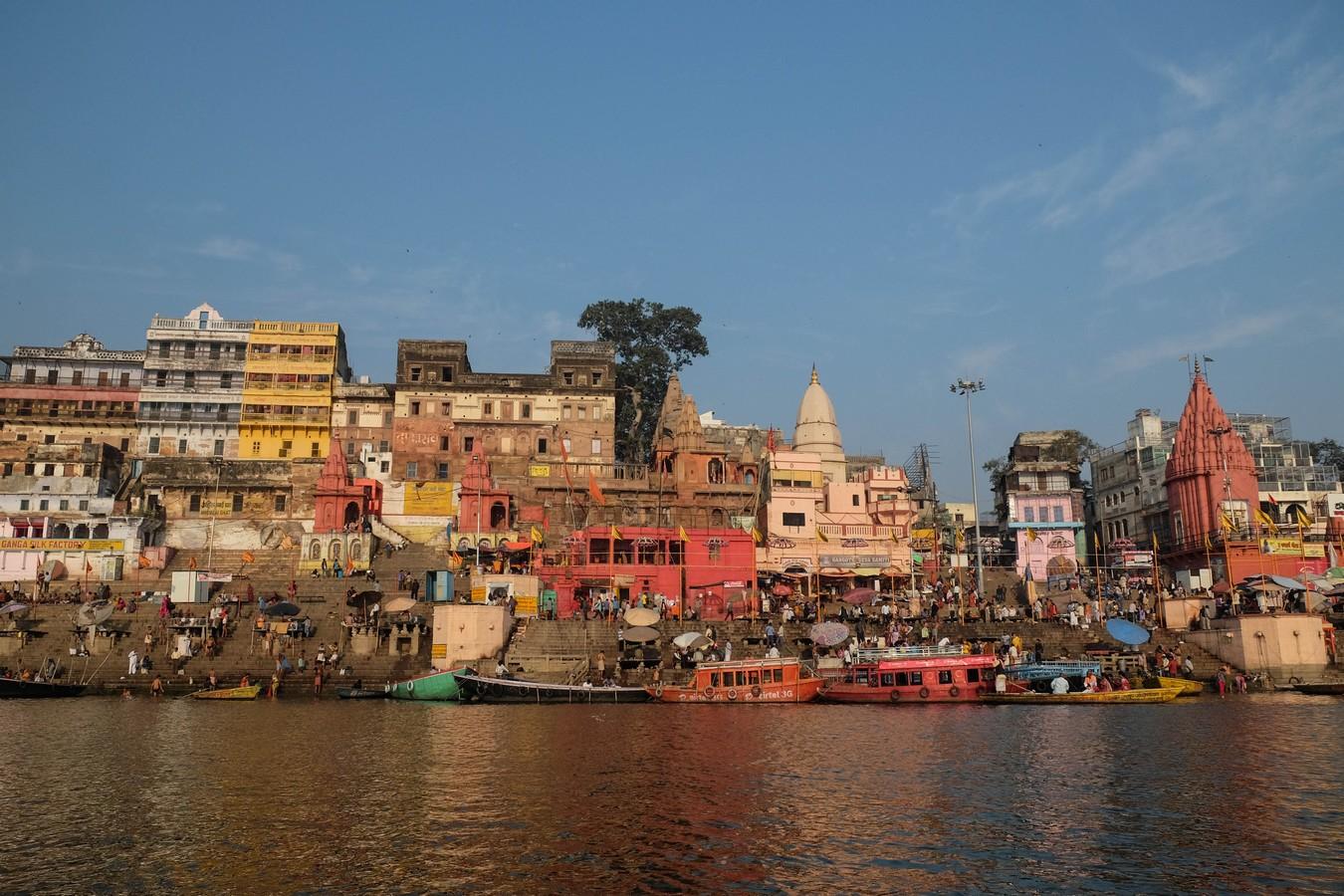 Vue sur Varanasi depuis le Gange