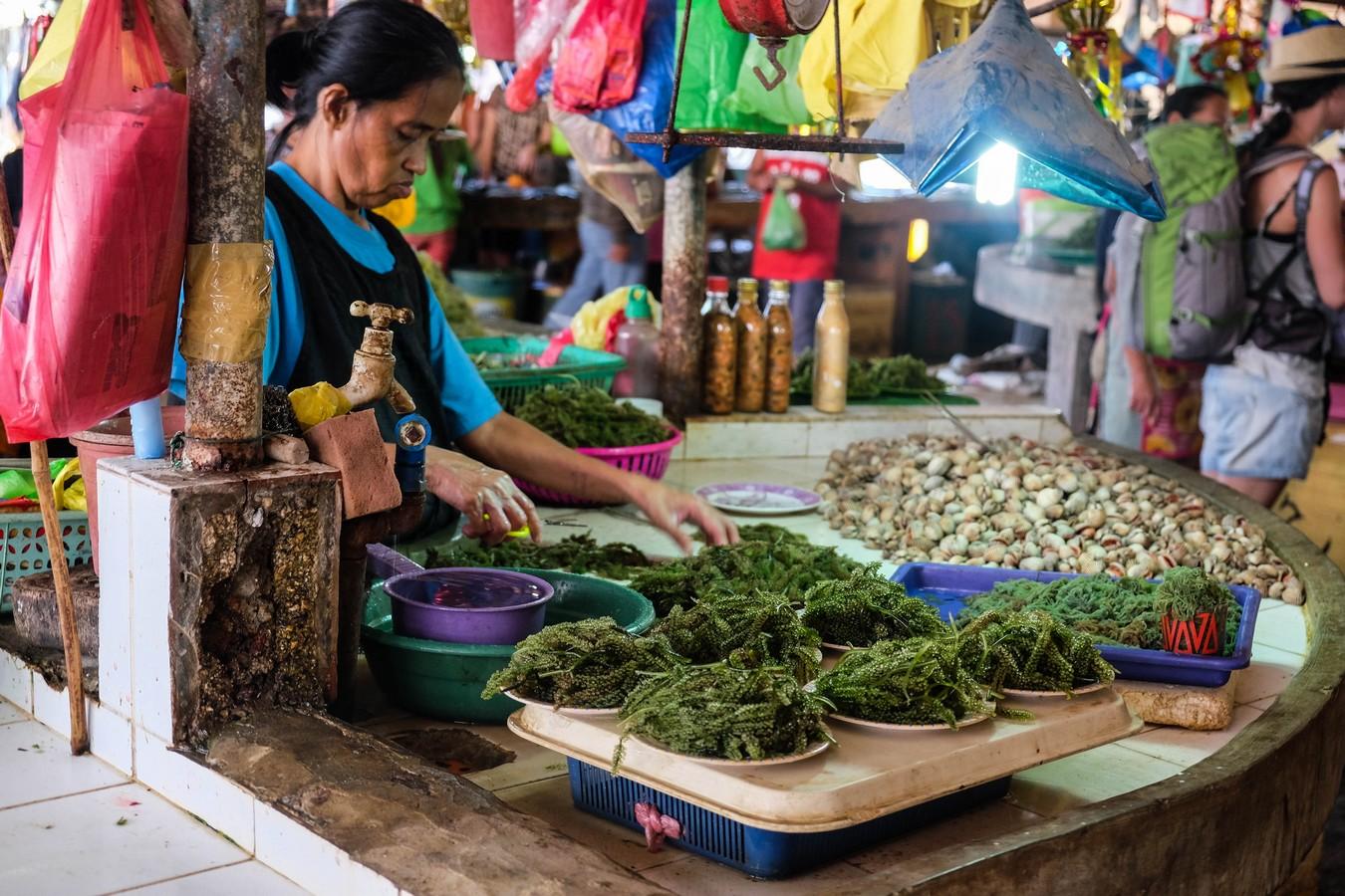 Stand d'algues sur un marché aux poissons aux Philippines.