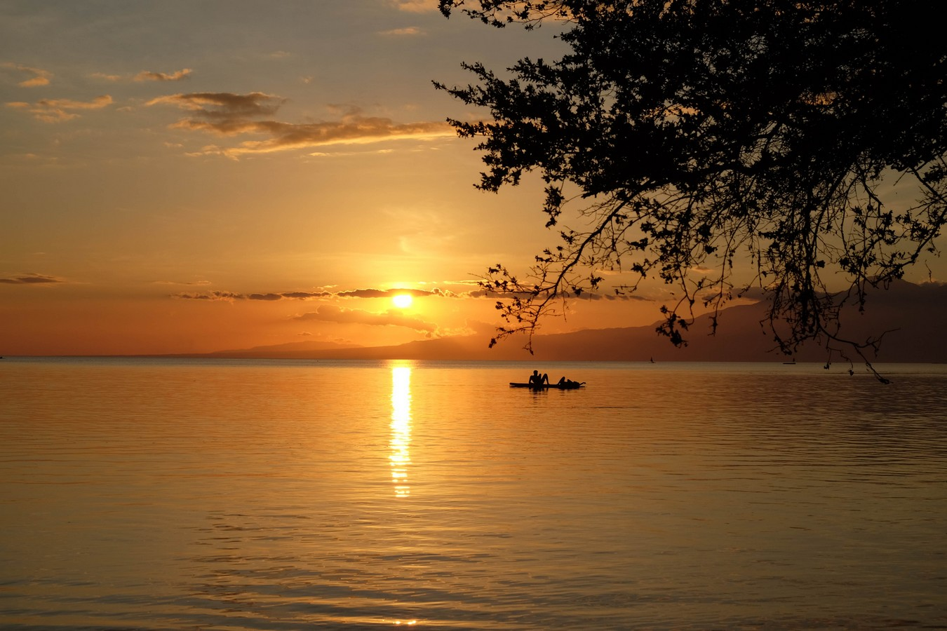 Coucher de soleil depuis la plage de San Juan à Siquijor aux Philippines.