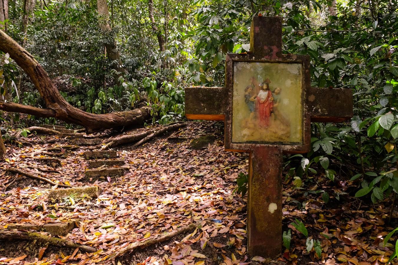 Croix sur le sentier menant au mont Bandilaan à Siquijor aux Philippines.