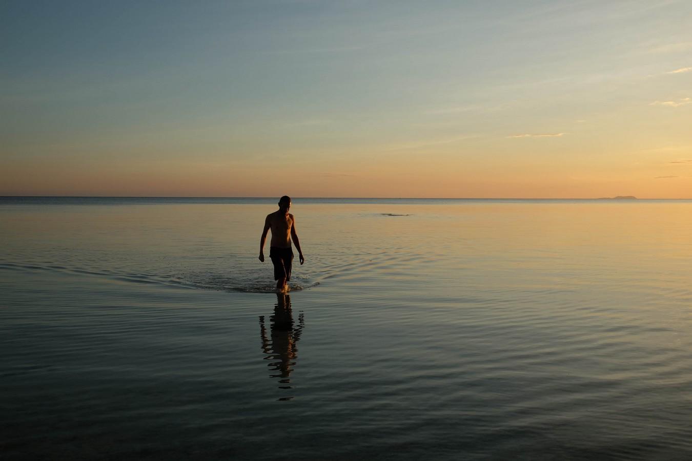 Mer calme de Siquijor aux Philippines au coucher du soleil.