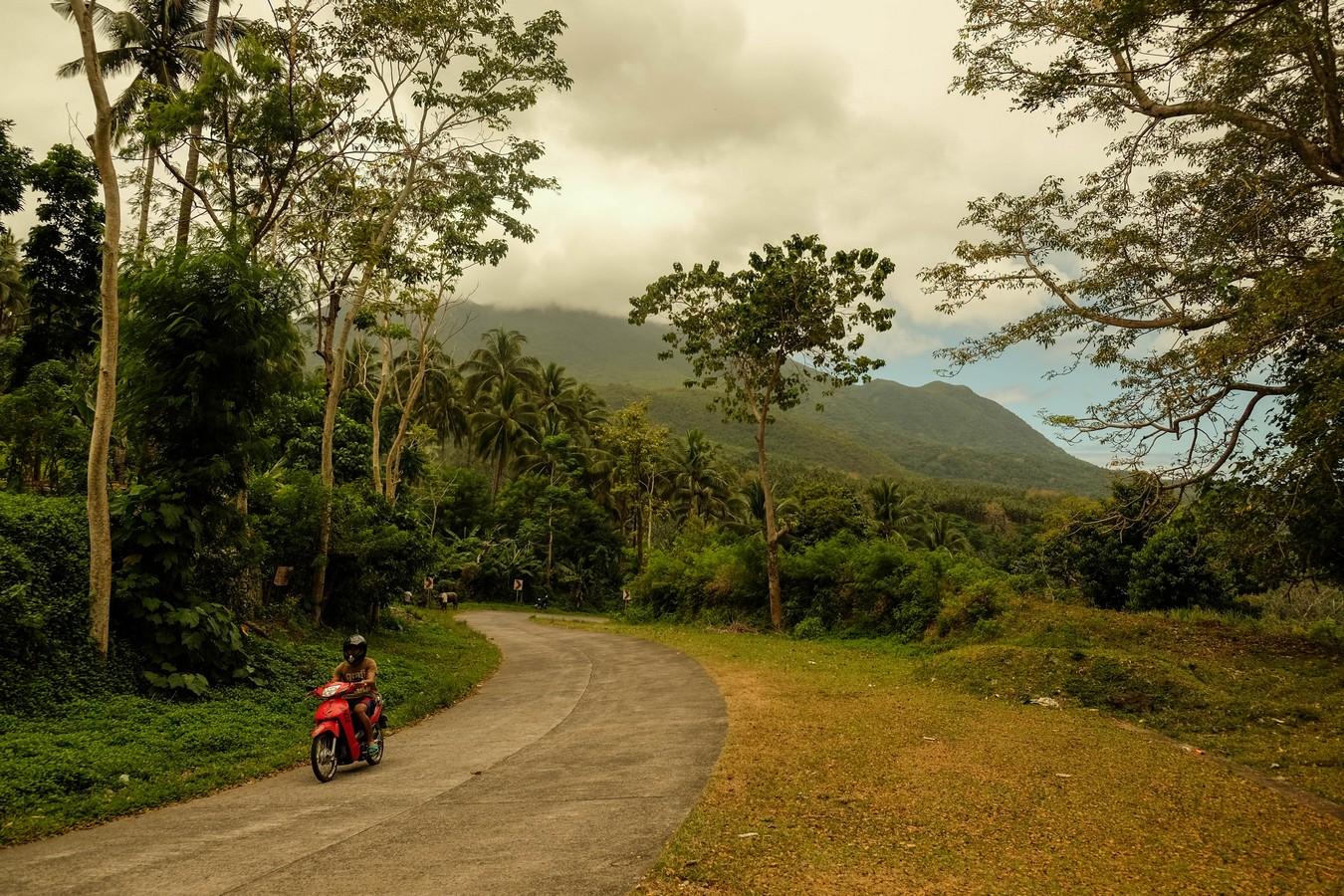 Comment sillonner les routes intérieures de Camiguin aux Philippines en scooter.