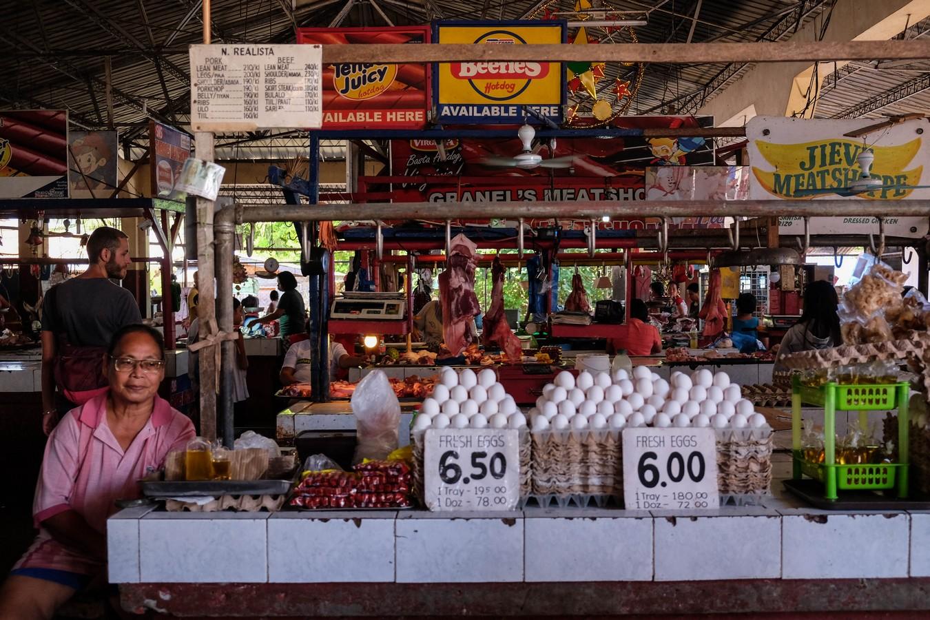 Stand d'oeufs au marché de Camiguin aux Philippines.