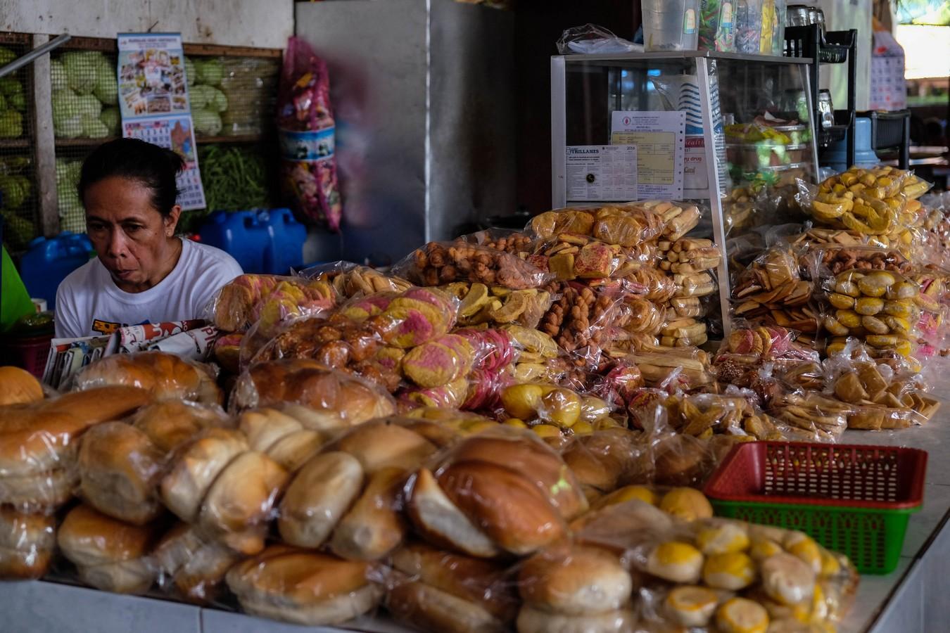 L'un des nombreux stands de pain sur un marché Philippin.