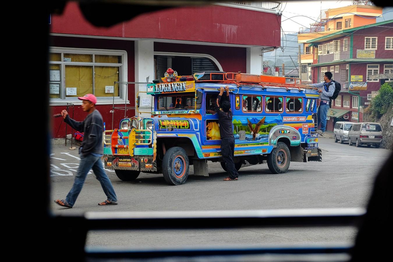 Jeepney aux Philippines : pour dépenser moins en voyage, privilégiez les transports locaux.