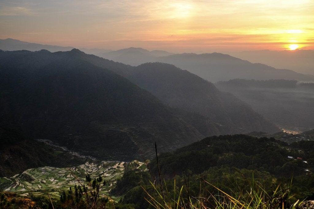 Lever de soleil sur un petit village de la Cordillera dans le nord de Luzon aux Philippines.