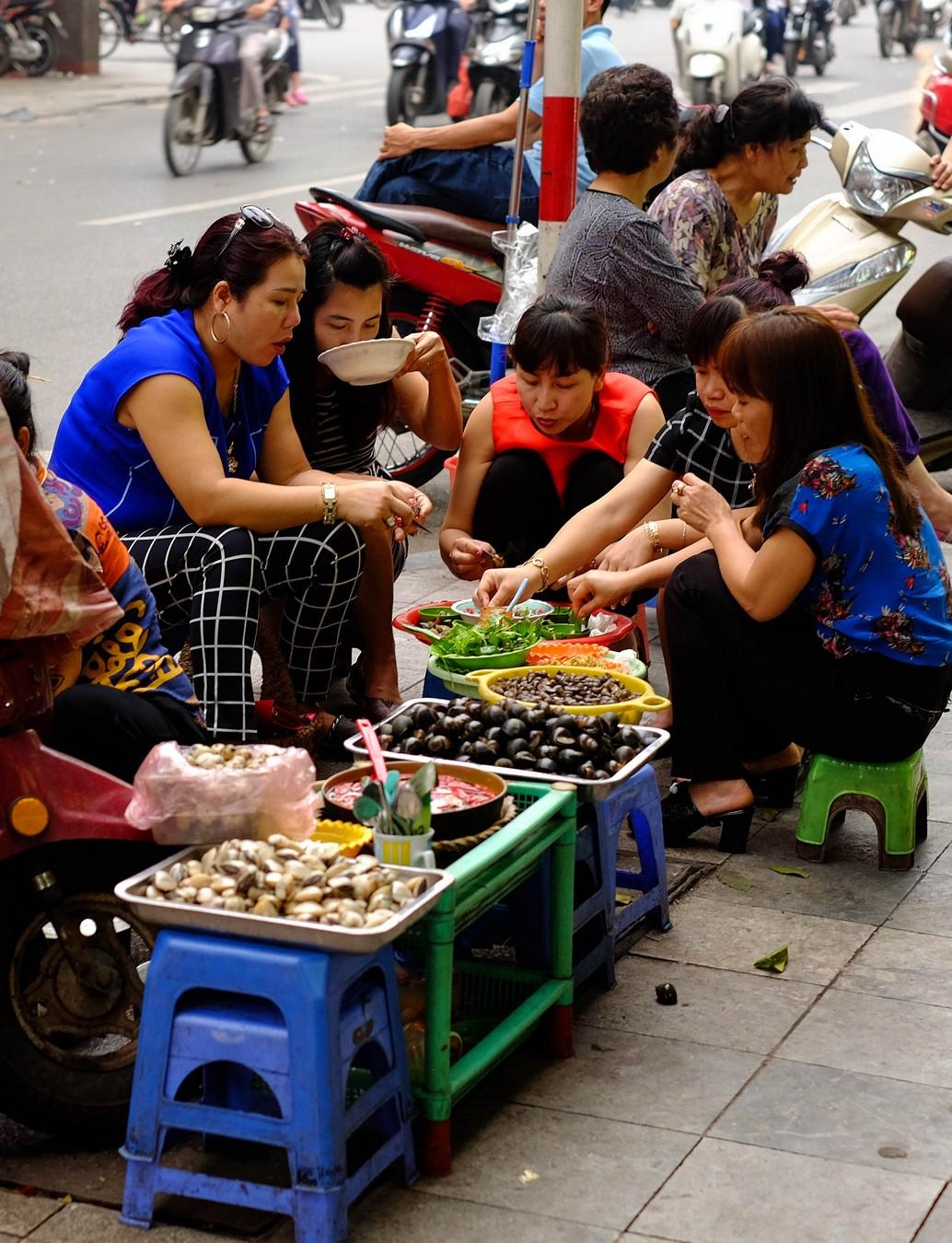 Repas de rue à Hanoï.