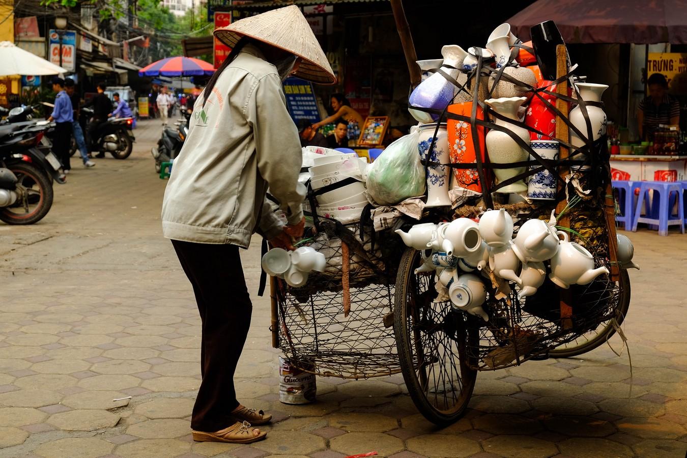 Vendeuse de porcelaine à Hanoi