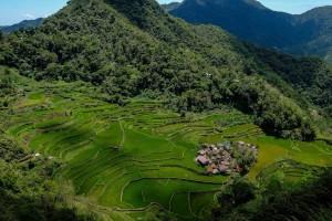 Le petit village de Bangaan entouré de rizières