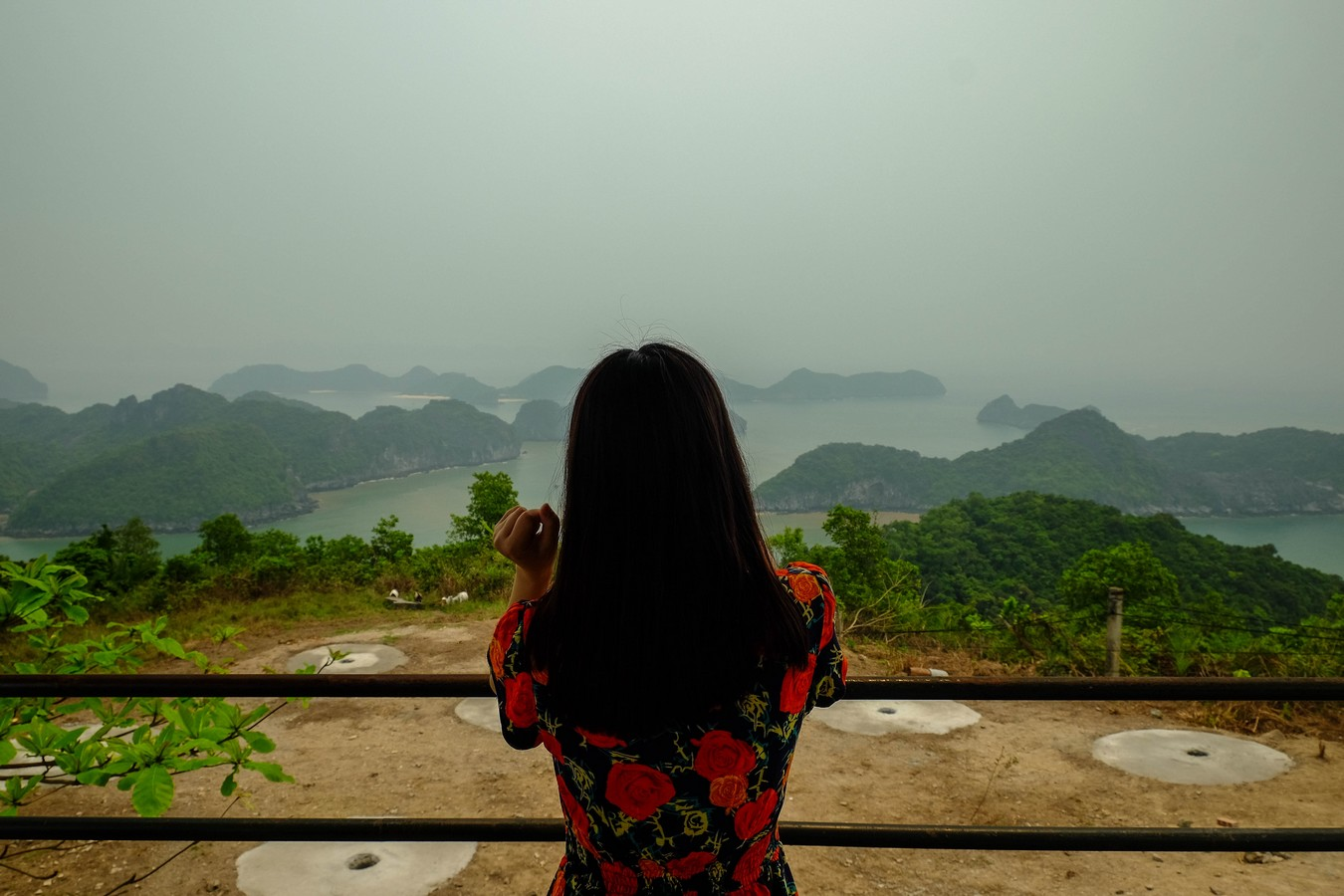 Jeune vietnamienne admirant la baie de Lan Ha