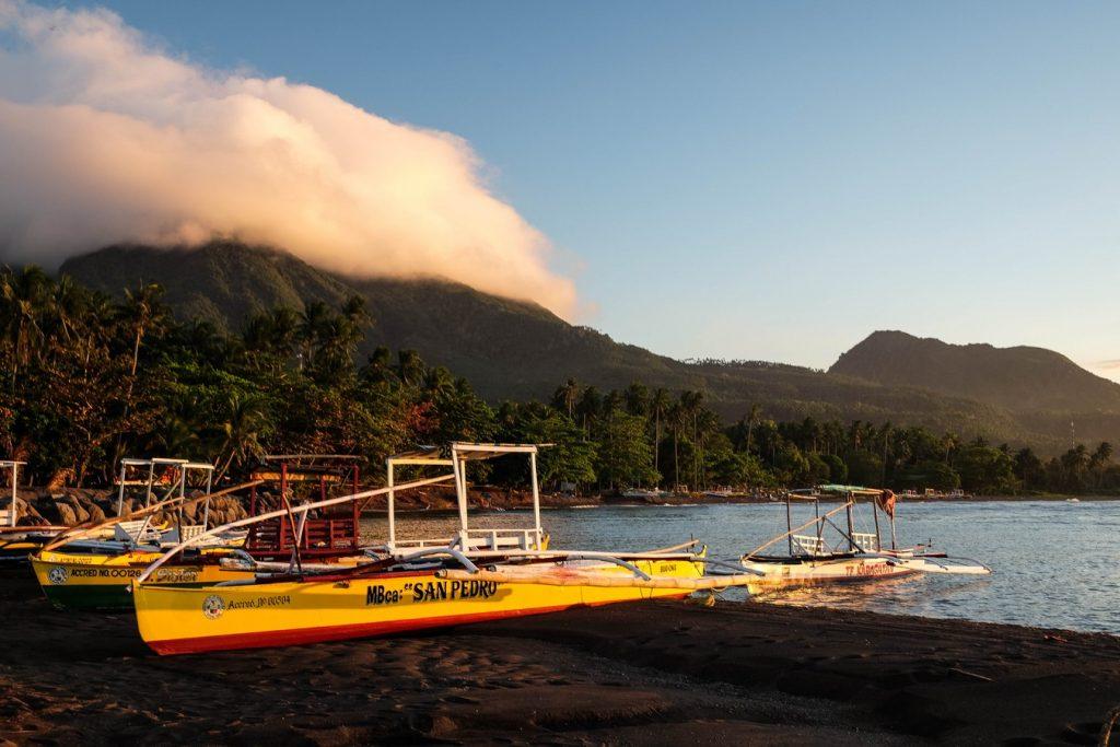 Plage de sable noir à Camiguin aux Philippines
