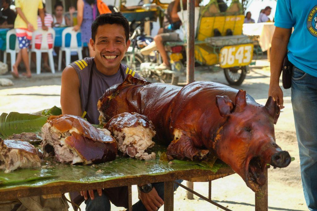 Cochon grillé au marché de Malatapay à Negros aux Philippines