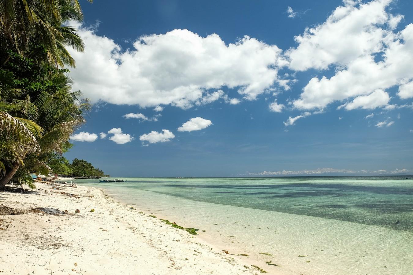 Plage de sable blanc à Siquijor aux Philippines