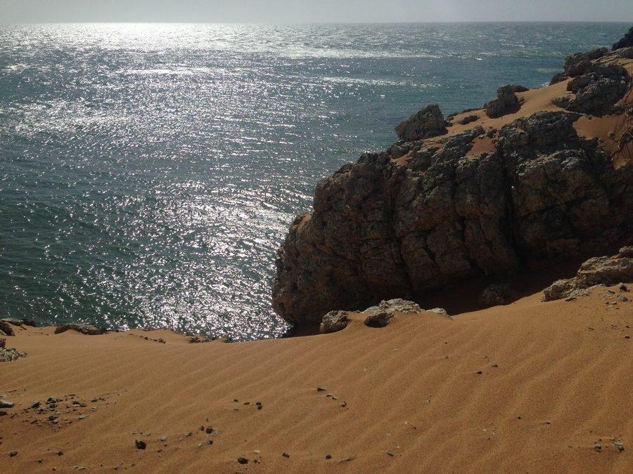 Les dunes de sables surplombant la mer à Cabo de la Vela dans le désert de la Guajira en Colombie.