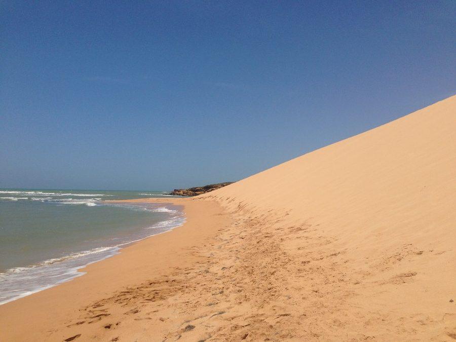 La petite dune de Taroa se jette dans la mer à Punta Gallinas dans la Guajira en Colombie.