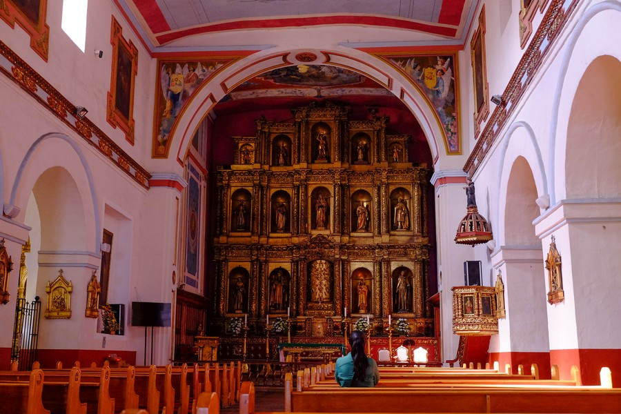 Prière dans une des nombreuses églises de Bogota