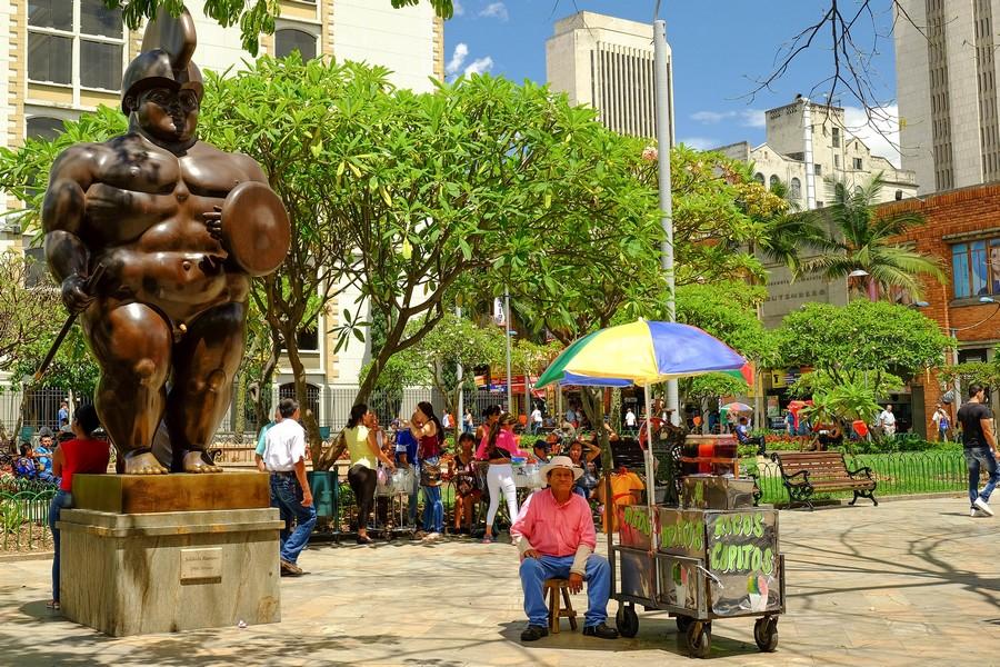 Sculpture de Botero et vendeur de rue : les habitants de Medellin