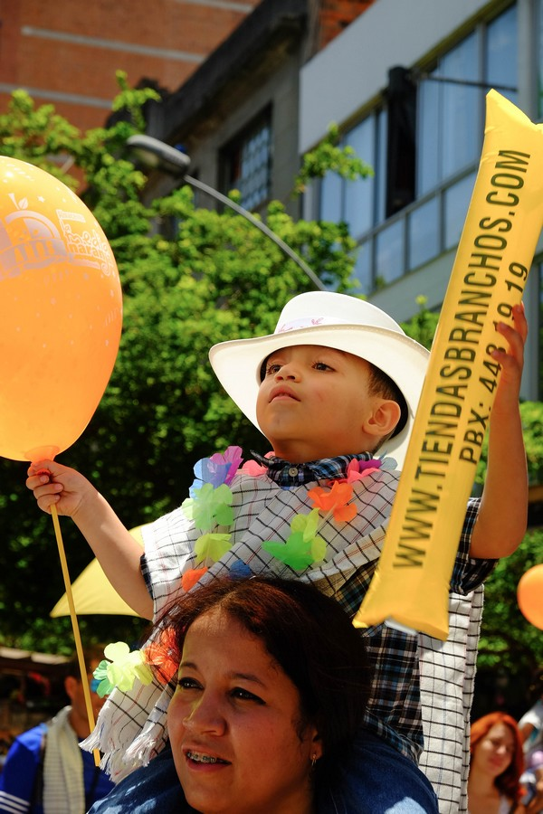 Enfant pendant la fête des fleurs. Les enfants à Medellin, le symbole du futur de la ville.