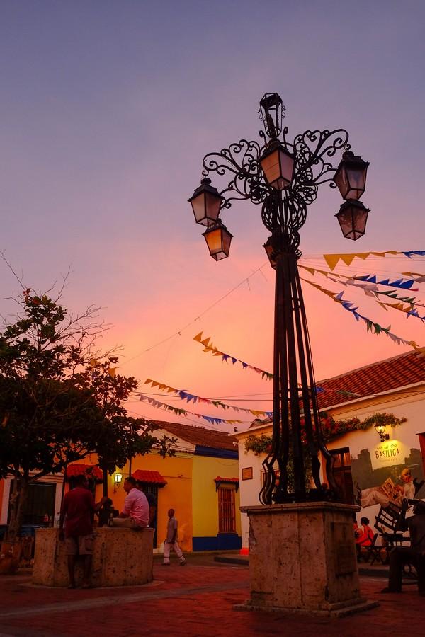 Photo de la tombée de la nuit à Carthagène. Il peut parfois être risqué de se promener seul la nuit en Colombie.