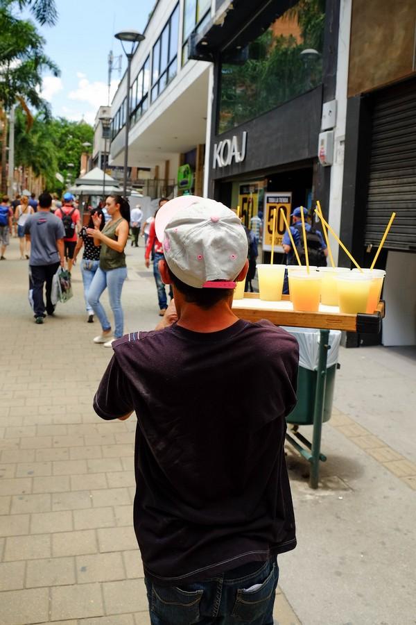 Vendeur de guarapo dans les rues de Medellin en Colombie