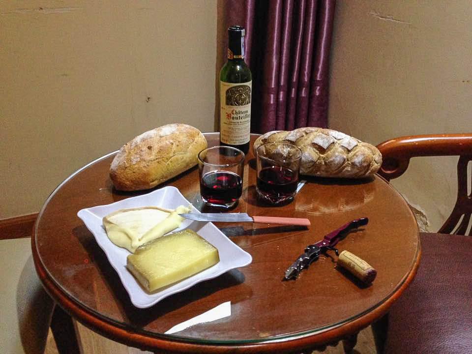 Fromage et vin pendant un voyage au long cours, lorsque l'on devient nostalgique de la gastronomie française.