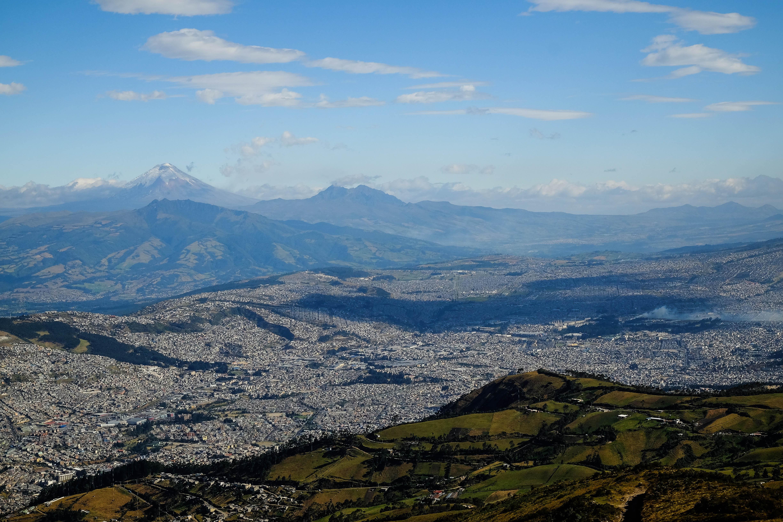 Vue du Teleferico sur Quito et l'allée des volcans