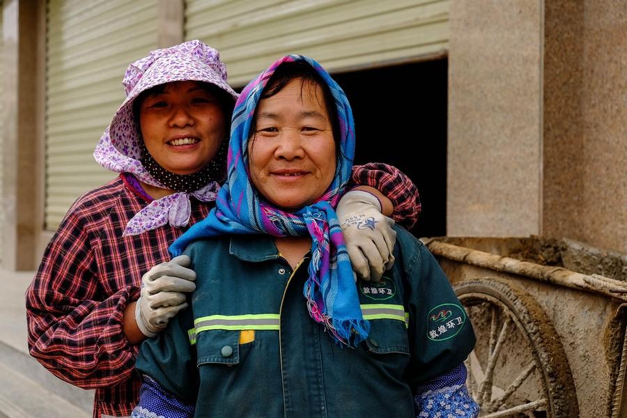 Ouvrières chinoises et mannequins: scène de vie à Dunhuang.