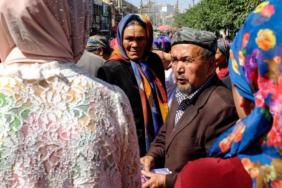 Marchandage au marché de Kashgar, Chine.