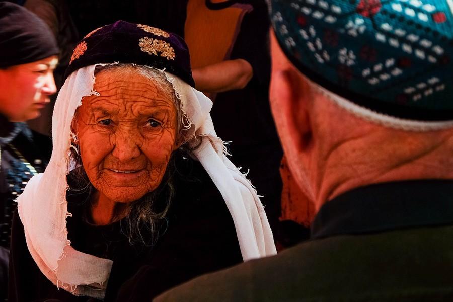Vieille femme Ouïghoure dans les rues de Kashgar, Chine.