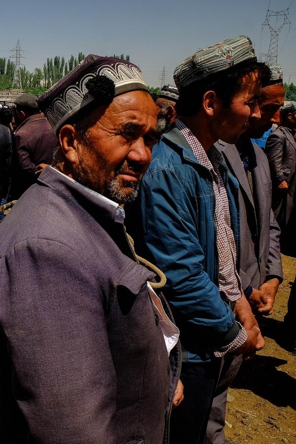 Ouïghours attendant la bonne affaire au marché aux animaux de Kashgar.