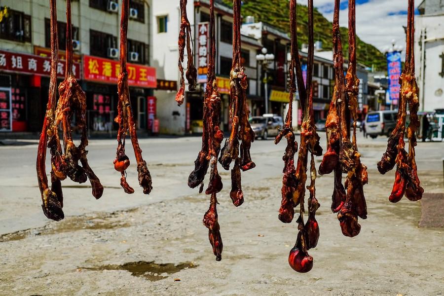 Des testicules séchant au soleil de Songpan, Chine.