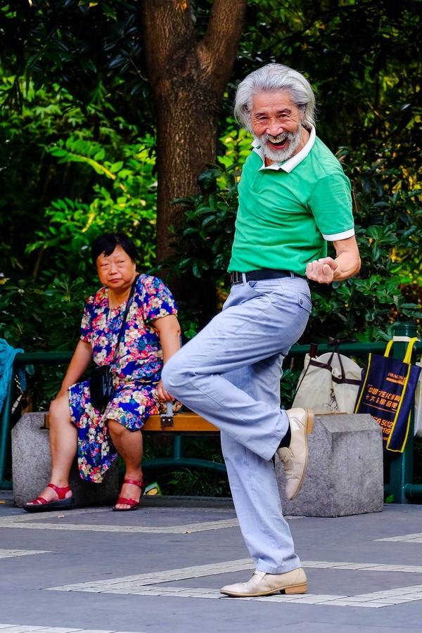 Un danseur bien dans sa peau dans un parc de Chengdu, Chine.