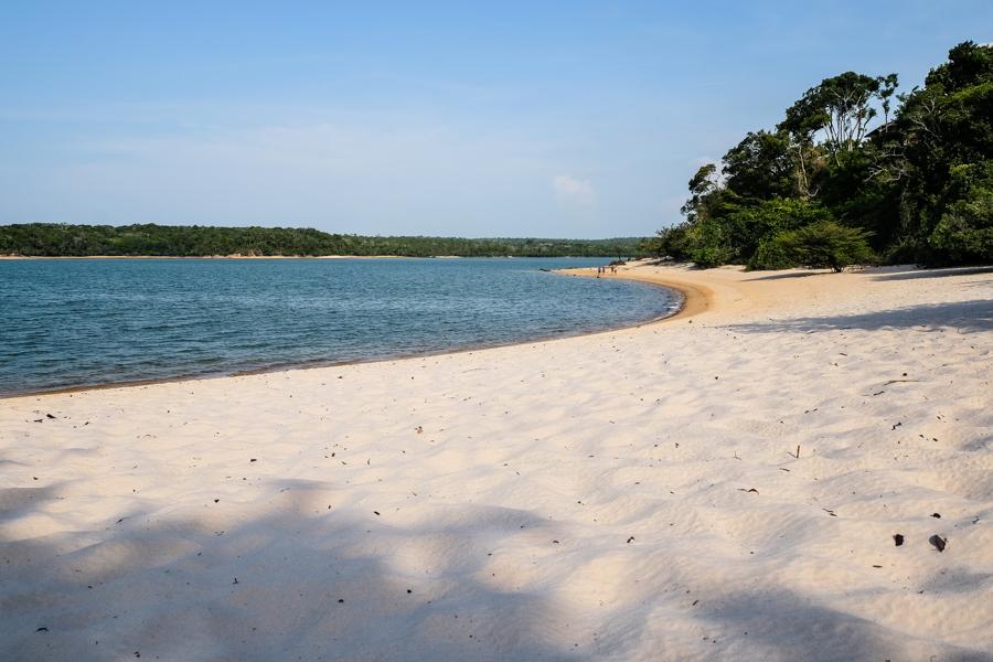 Plage de sable blanc à Alter do Chão, Amazonie, Brésil.